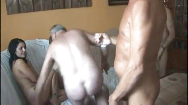 Пять дедов трахают одну молодую дырку