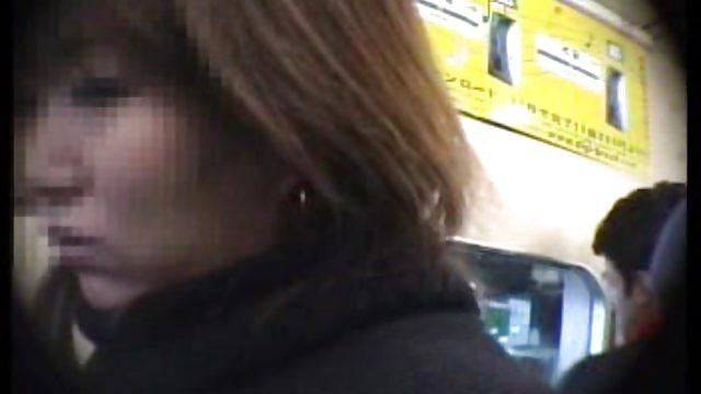 【無料エロ動画】チカンされた奥様がまさかのパイ揉みされてジャジャ漏れ...