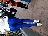 Chica en leggins azules