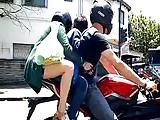 Una hermosas piernas de madre en moto