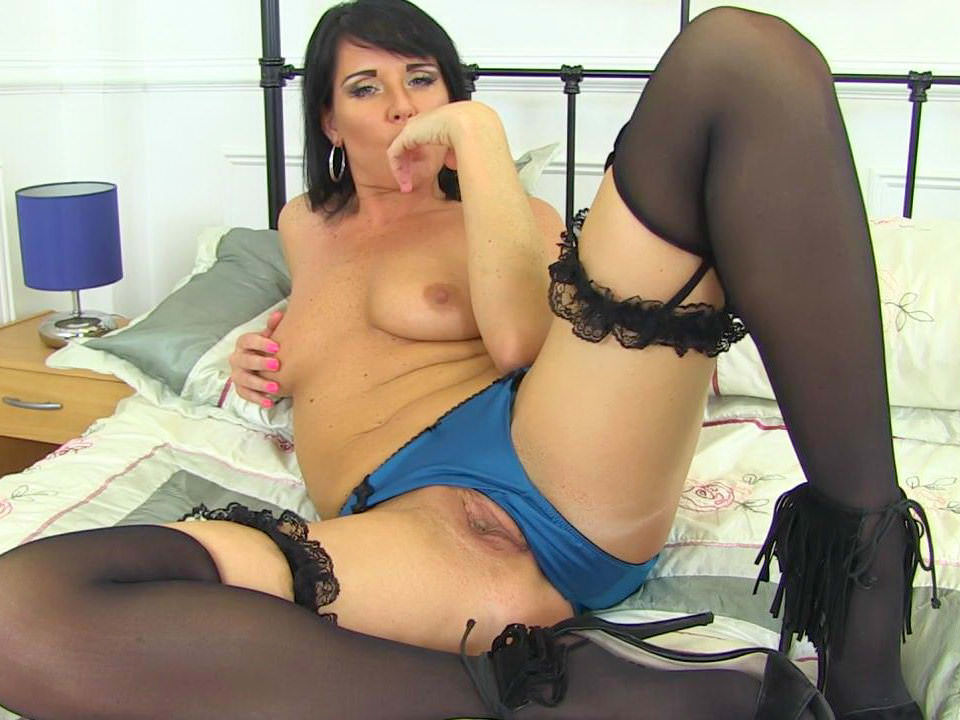 Uk milf janey pleases her hungry and hairy pussy 6