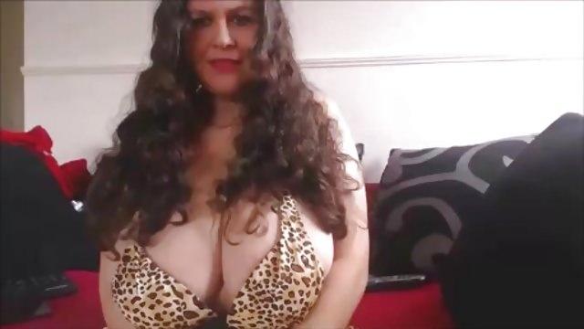 お下品なヒョウ柄ビキニに大爆乳の豊満熟女!デカパイをオイルまみれにする動画! My huge boobs in a little bikini