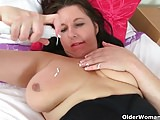 UK mum Jessica's tits and pussy need a massage