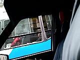 mujer en el bus se queda mirando mi polla