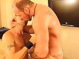 Coroa tatuado comendo o novinho gay