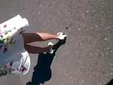 elle marche en escarpins blancs