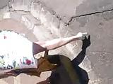 elle marche en escarpins blancs suite